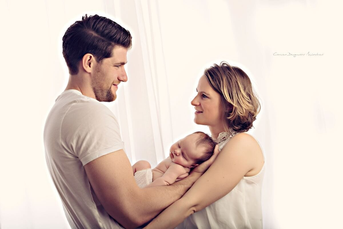 Fotoshooting Familie Vater Mutter Kind in Muenchen in Fotostudio