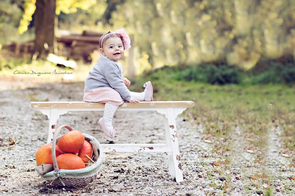 Fotoshooting im Wald mit Kind auf Bank von Carmen Bergmann