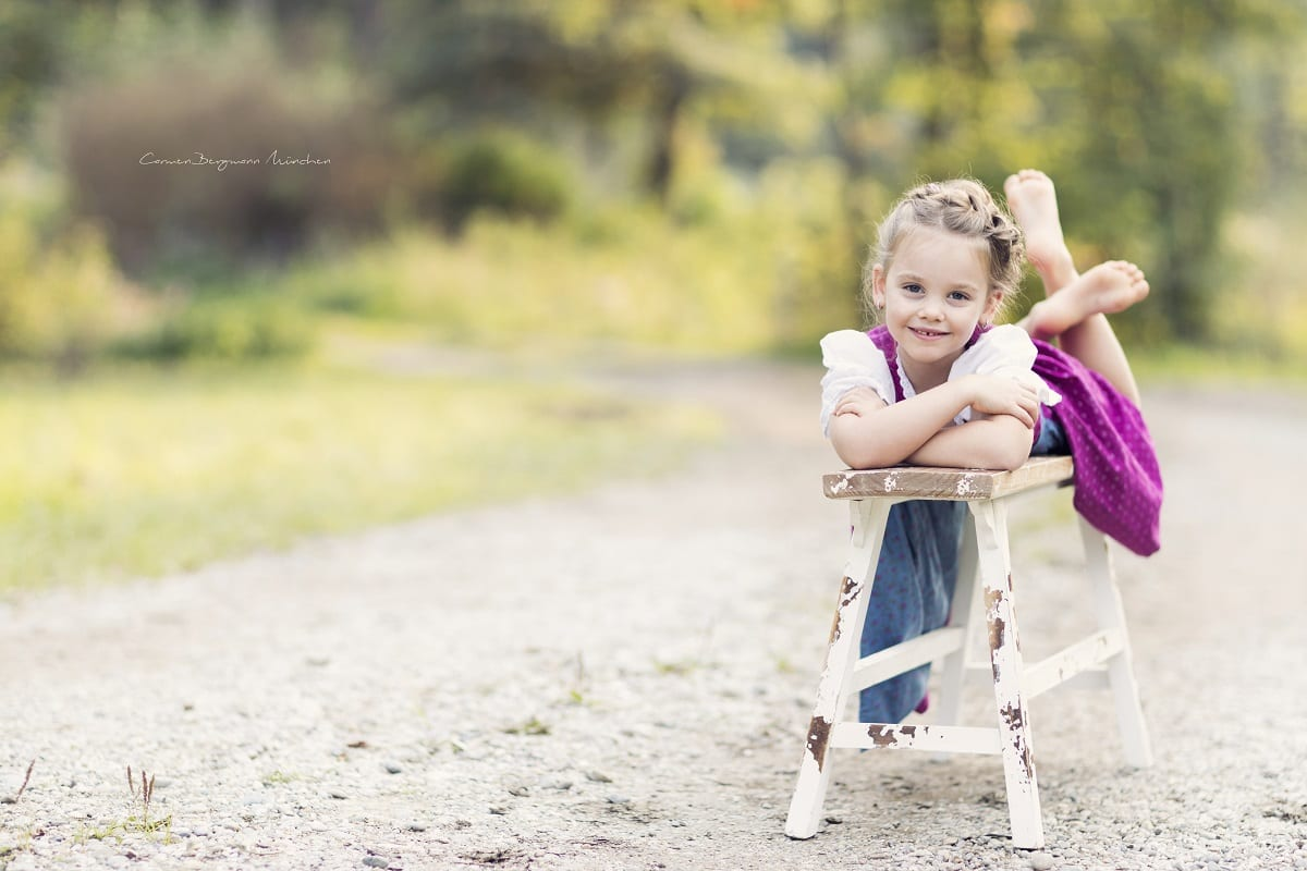 Fotoshooting mit Maedchen in Wald Outdoor Carmen Bergmann Fotografie