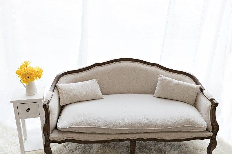 Couch mit Tisch in Carmen Bergmanns Fotostudio in Haidhausen