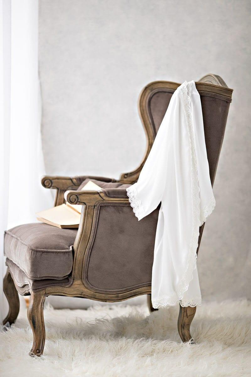 Stuhl mit Kleid von der Seite fuer ein Schwangerschaftsshooting in Carmens Fotostudio