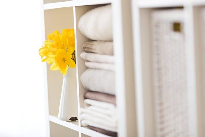 Babybauch Fotostudio in Muenchen Schrank in weiss mit Blume in gelb in Vase