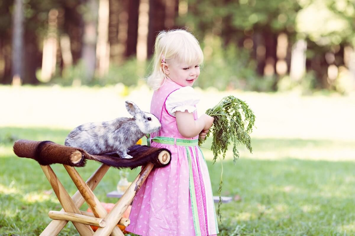 Hase und Kind in Wald Fotoshooting Carmen Bergmann Outdoor Fotografie Muenchen