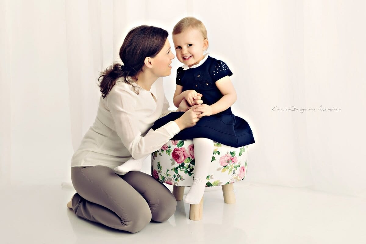 Kind und Mutter in Fotostudio bei Familienshooting