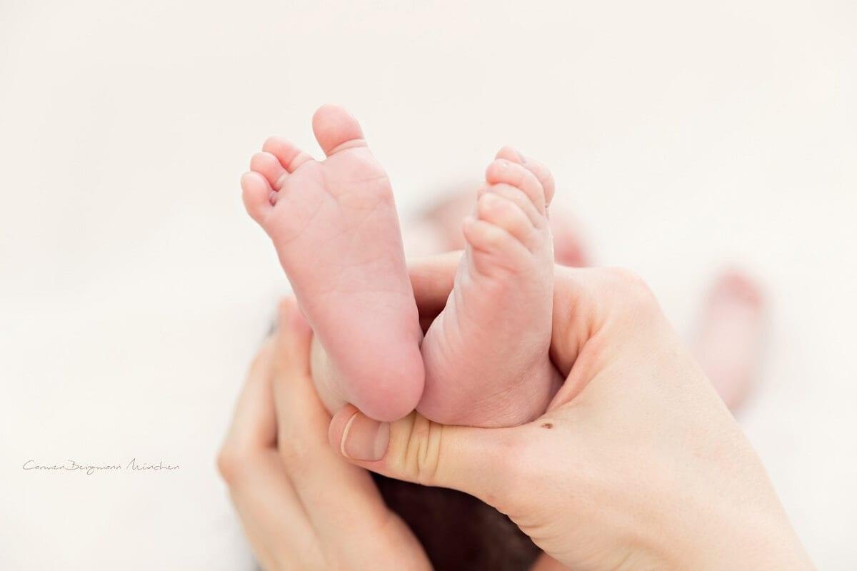 Neugeborenenshooting Muenchen natuerliches Foto von Carmen Bergmann Fotografie