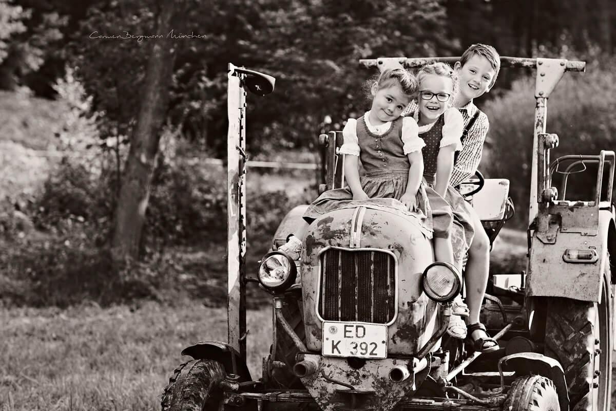 Outdoor Familienshooting mit Kindern schwarz weiss auf altem Traktor