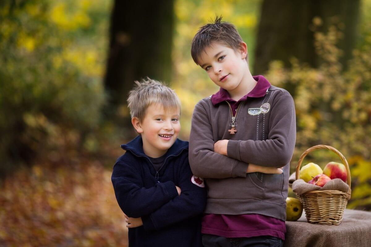 Outdoor Foto von zwei Bruedern in Muenchen im Wald von Carmen Bergmann fotografie