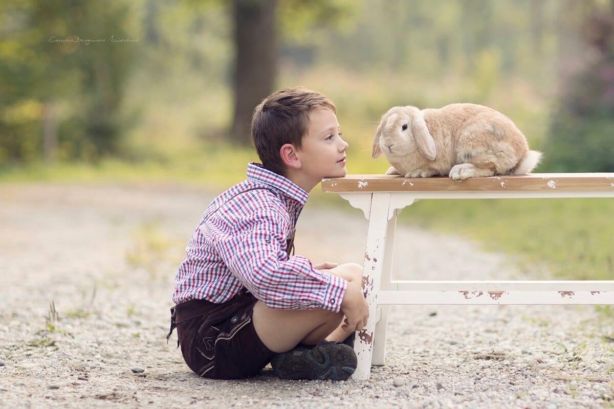 Outdoorfamilienfotoshooting Muenchen bei Carmen Bergmann Fotografie Kind mit Hase