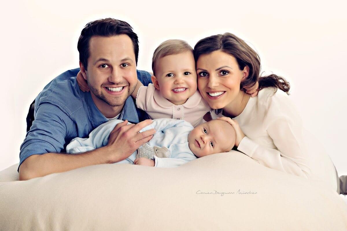 Vater Mutter Kind Baby bei Fotoshooting in Muenchen in Fotostudio