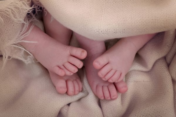 Neugeboren kleines Kind Foto Muenchen Studio
