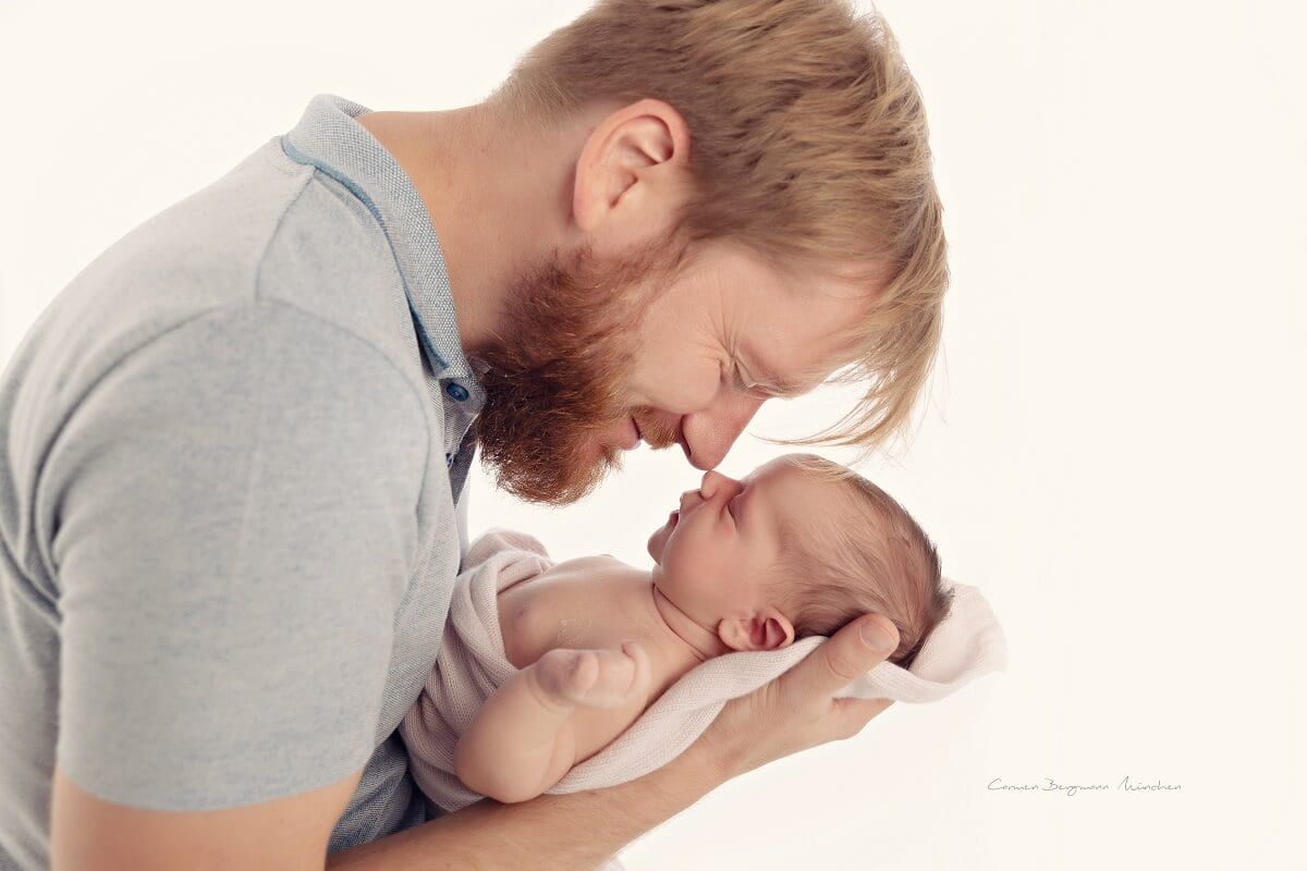 Neugeborenen Shooting in Muenchen Mann mit Kind Fotoshooting im Fotostudio