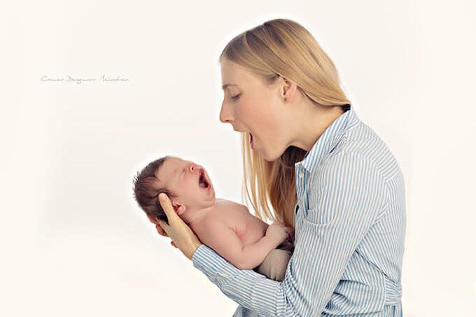 Neugeborenen mit Mutter in Haidhausen Fotostudio Carmen Bergmann blonde Mutter in hellblaue Jacke mit Kinder im Arm