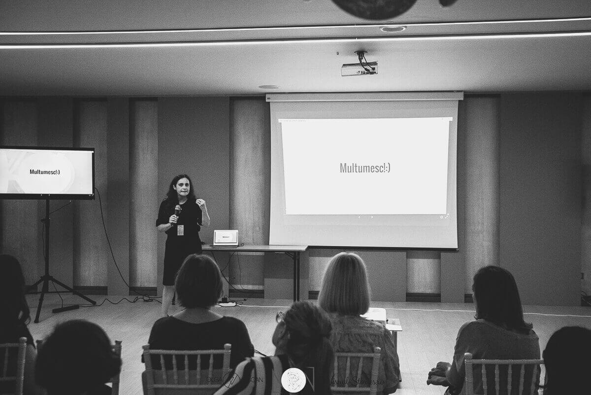 Die Moderatorin beendet ihren Vortrag waehrend einer Konferenz ueber Neugeborene und Familienfotografie