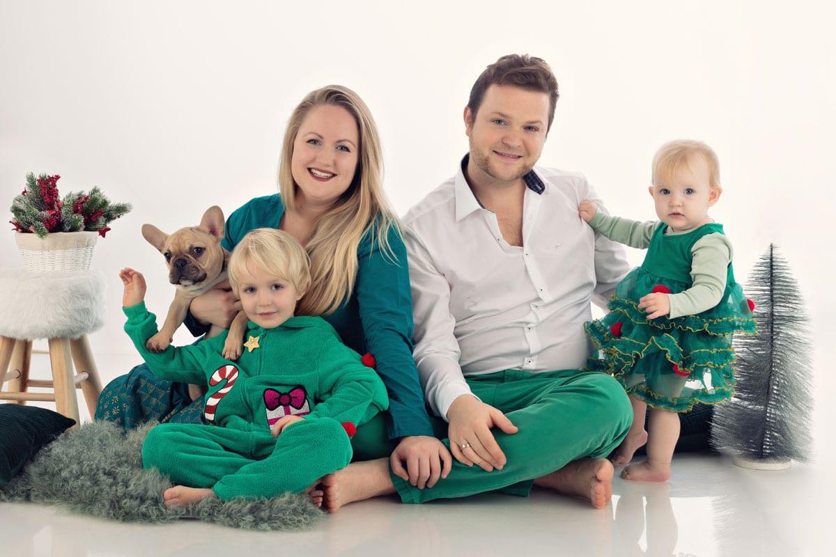 Familie mit vier Personen sitzt auf dem Boden im Carmen Bergmann Studio in München