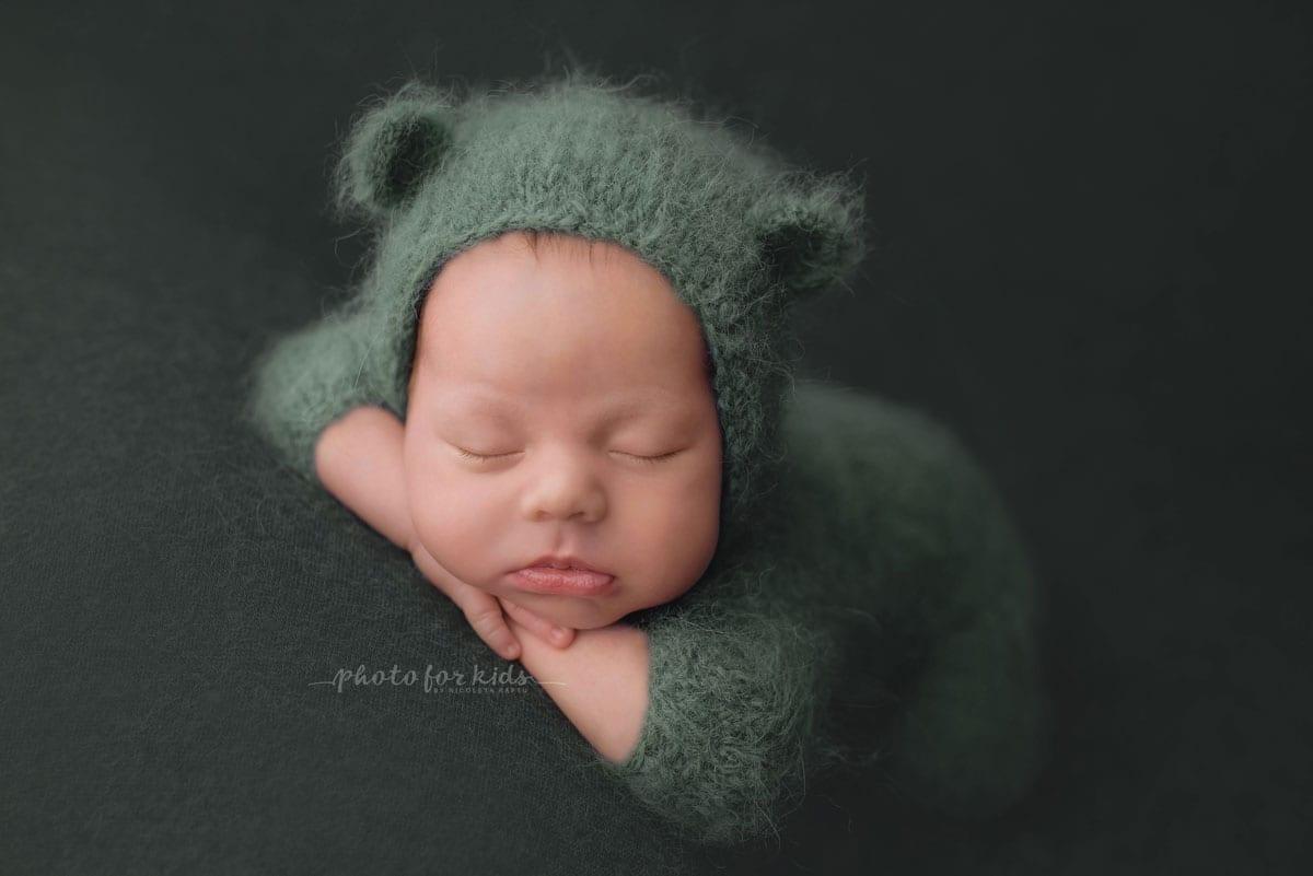 Neugeborenes Baby auf dem Bauch beim Fotoshooting von Nicoleta Raftu