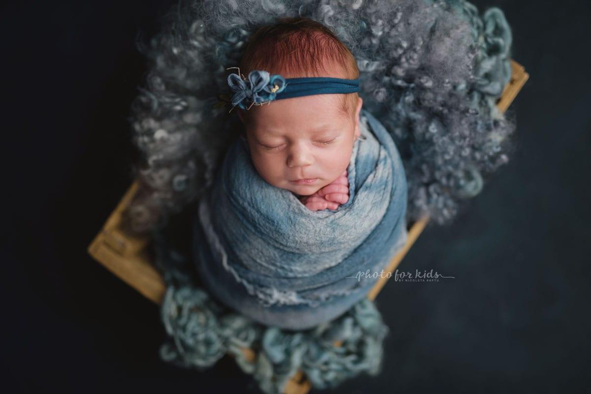 Neugeborenes Maedchen im grauen Outfit beim Fotoshooting von Nicoleta Raftu