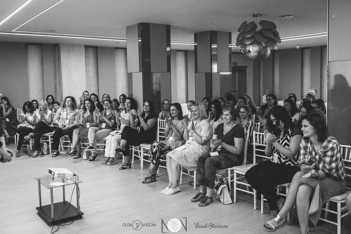 Teilnehmer beobachten aufmerksam waehrend Neugeborenen- und Familienfotokonferenz