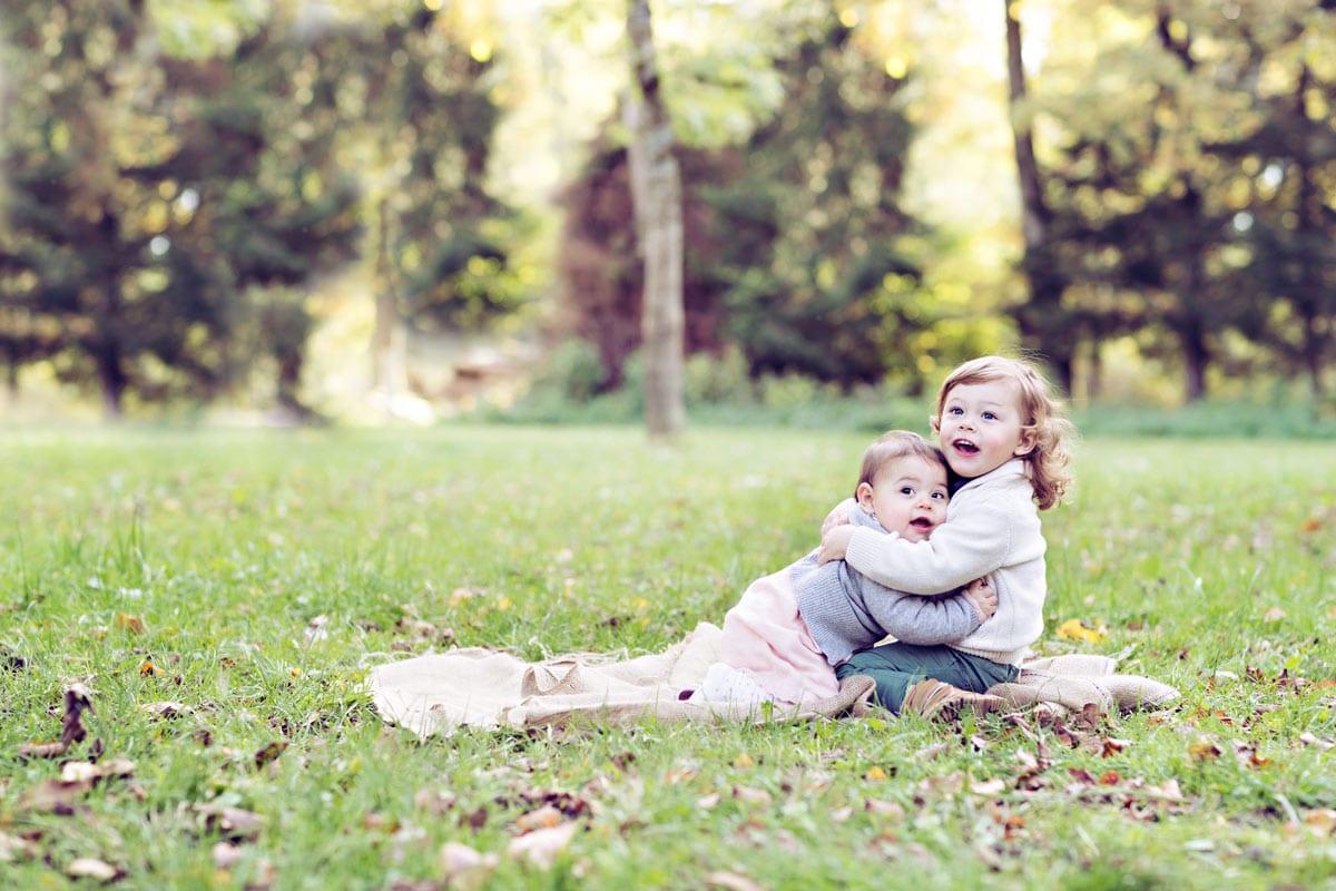 kleiner Bruder und Schwester halten sich waehrend eines Fotoshootings von Carmen Bergmann im Freien