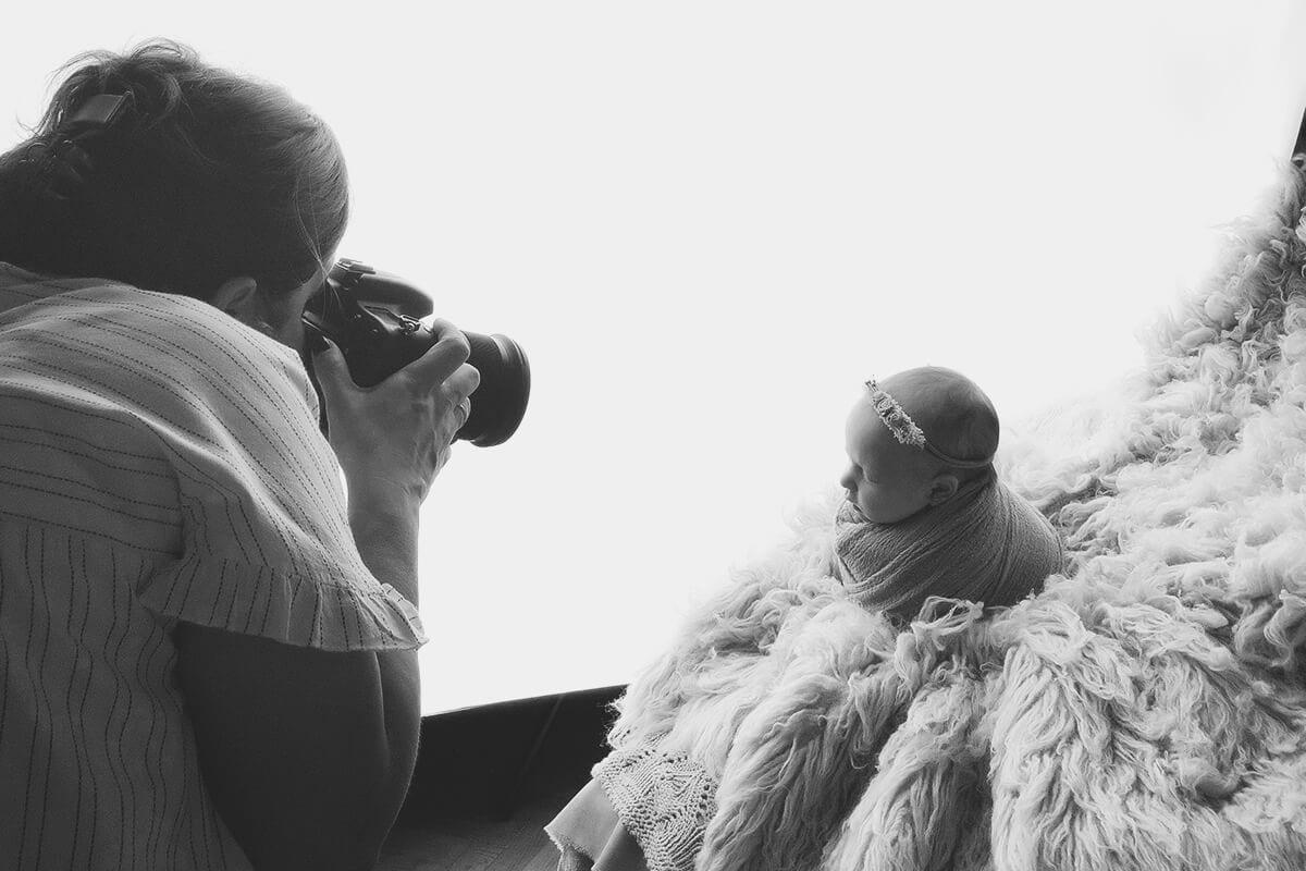 kleines baby wird waehrend einer fotografie-sitzung in vollem licht fotografiert
