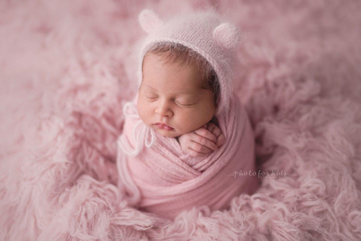 pink fuer kleines Maedchen beim Neugeborenen Fotoshooting von Nicoleta Raftu