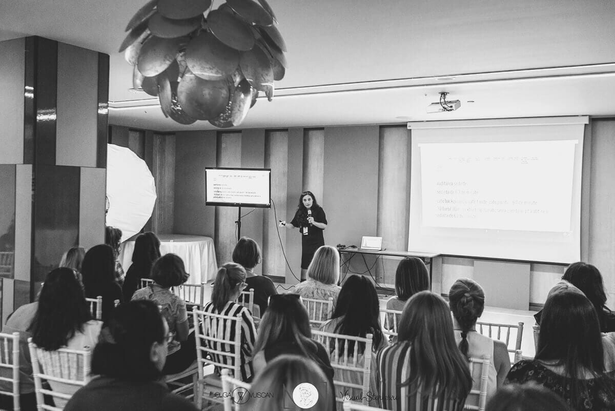 ueberblick ueber einen Konferenzraum und Praesentation der Trends in der Neugeborenen- und Familienfotografie