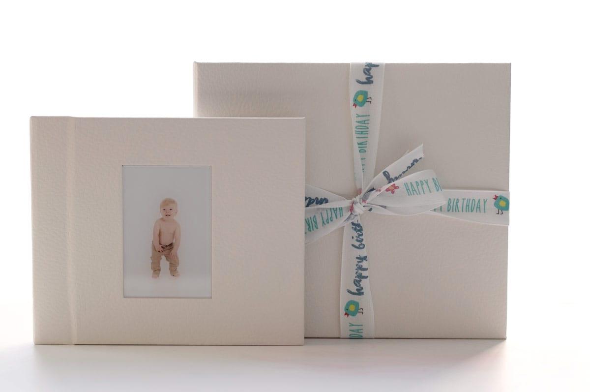 Geschenk ein Fotoalbum fuer Schwangerschaft und Baby Fotoshooting Carmen Bergmann Studio