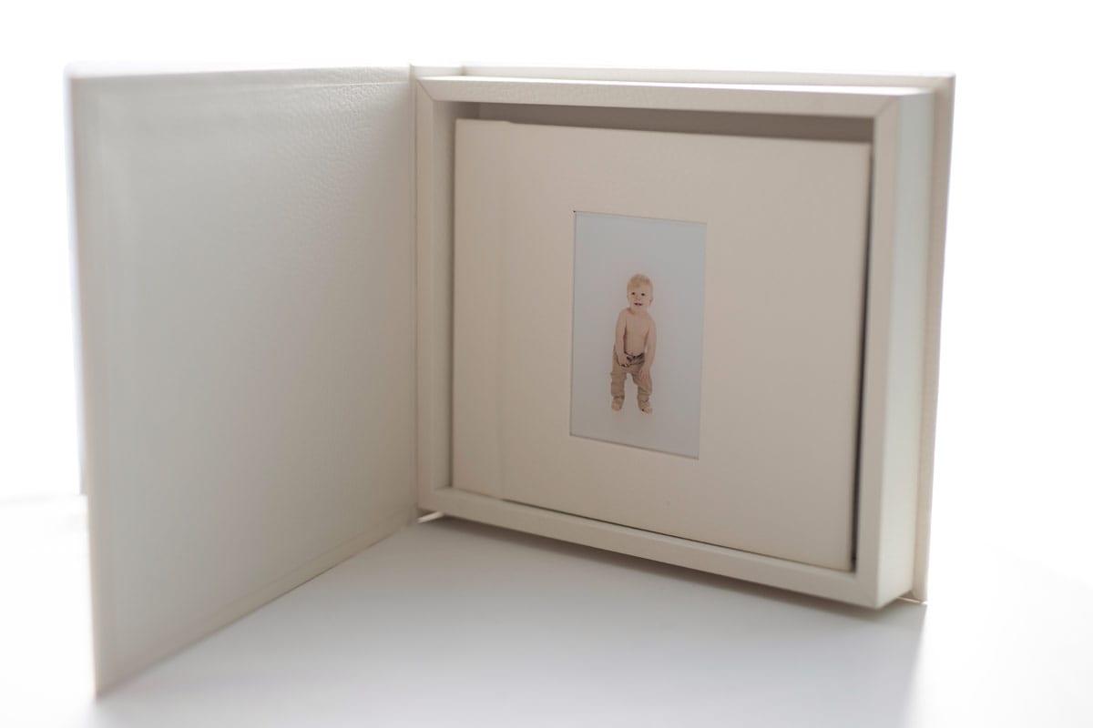 fotoalbum in abdeckung fuer schwangerschaft und babyfoto schooting carmen bergmann studio