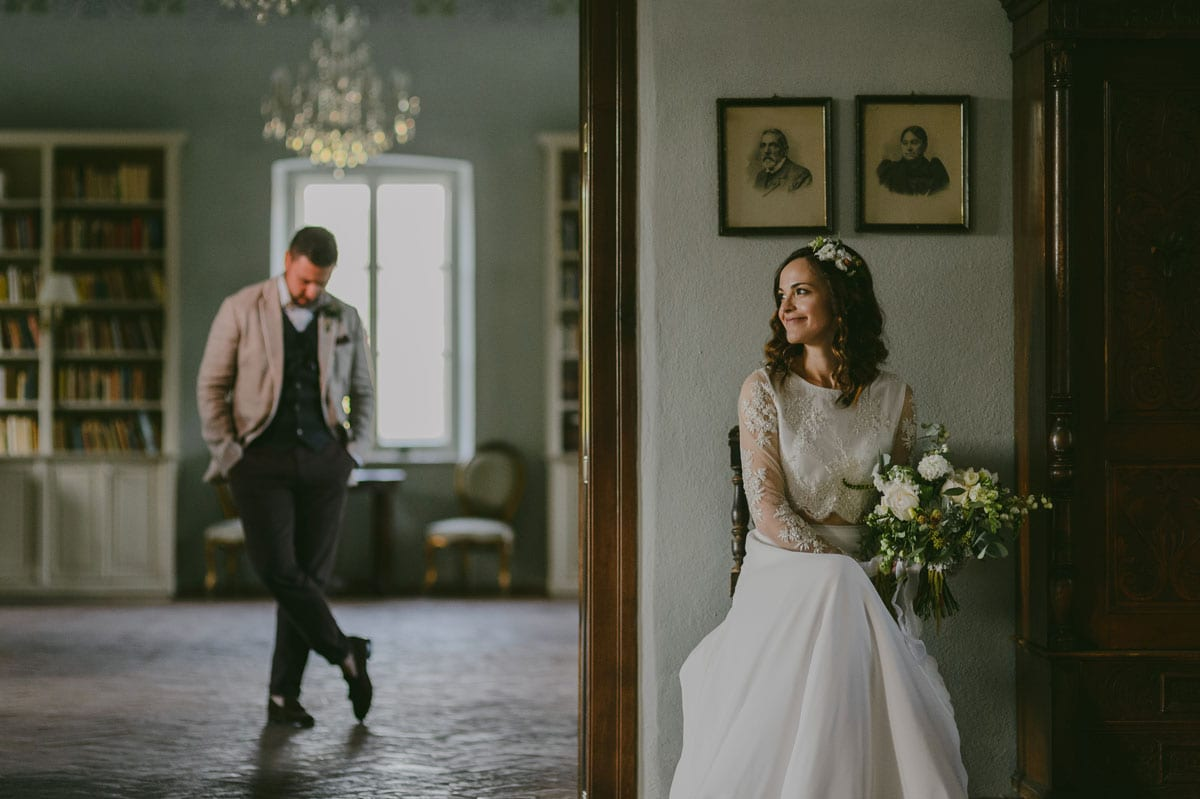 Rares Ion Hochzeitsfotograf fuer Workshop im Carmen Bergmann Studio Muenchen Braeutigam wartet auf Braut im Haus