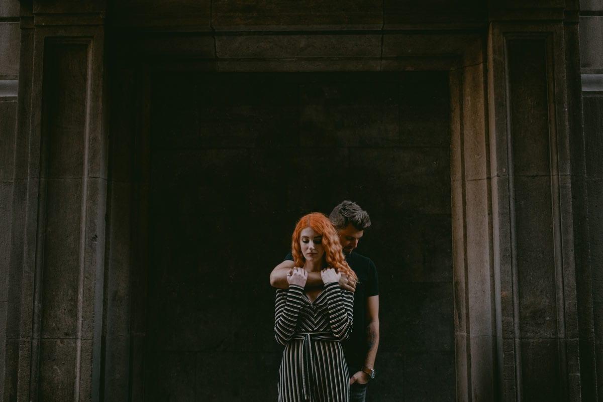 Rares Ion Hochzeitsfotograf fuer Workshop im Carmen Bergmann Studio Muenchen Braut und Braeutigam an der offenen Tuer des Hauses