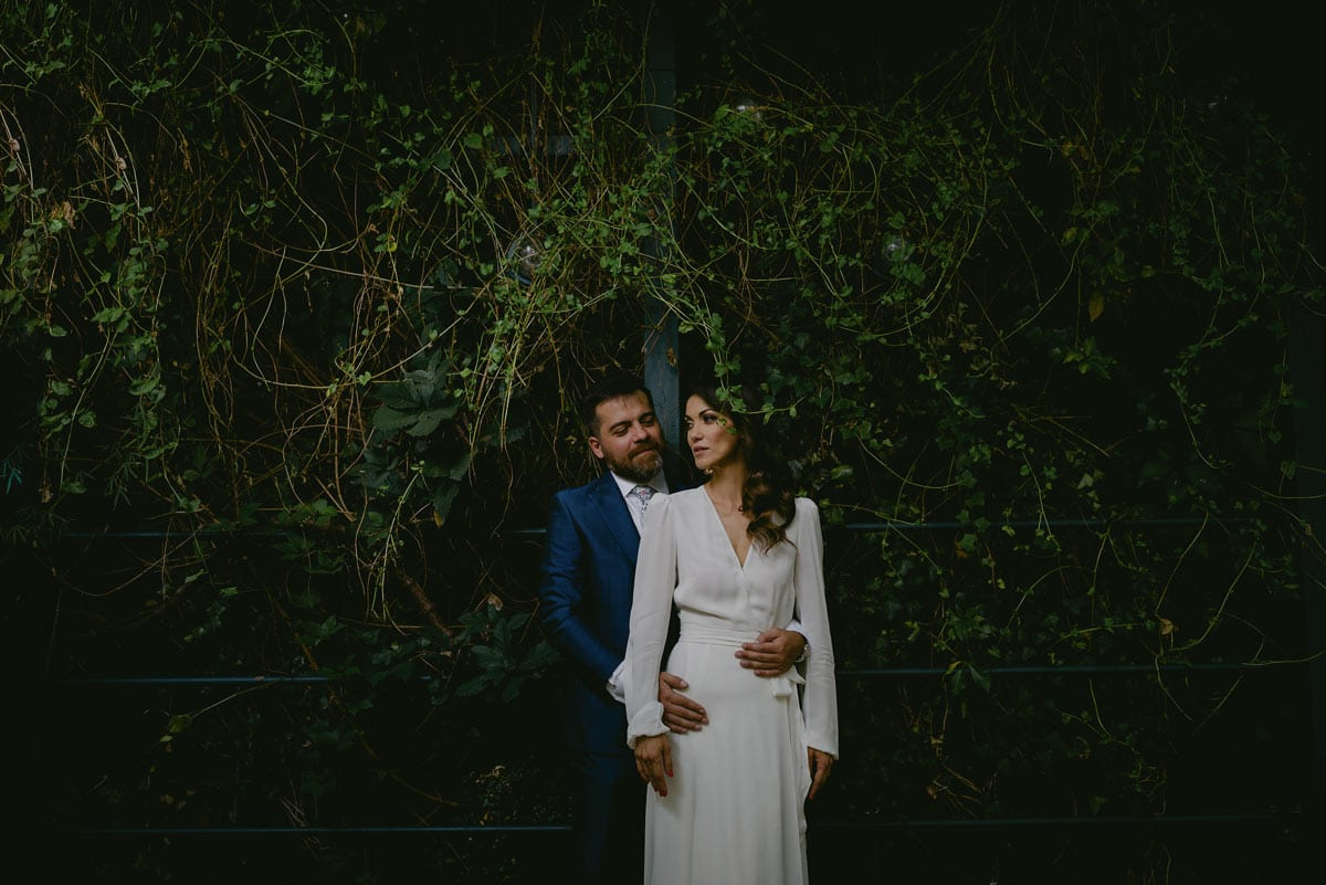 Rares Ion Hochzeitsfotograf fuer Workshop im Carmen Bergmann Studio Muenchen Braut und Braeutigam posieren unter einem Baum