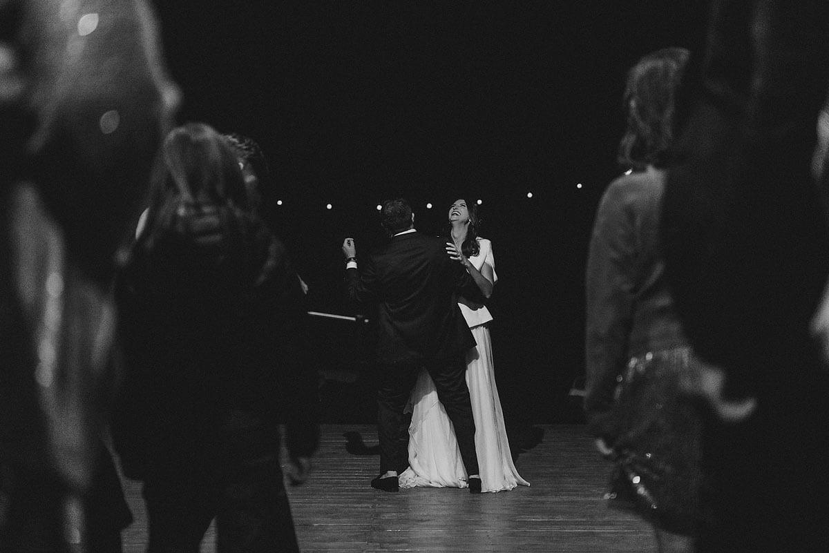 Rares Ion Hochzeitsfotograf fuer Workshop im Carmen Bergmann Studio Muenchen Braut und Braeutigams tanzen unter Hochzeitsgaesten