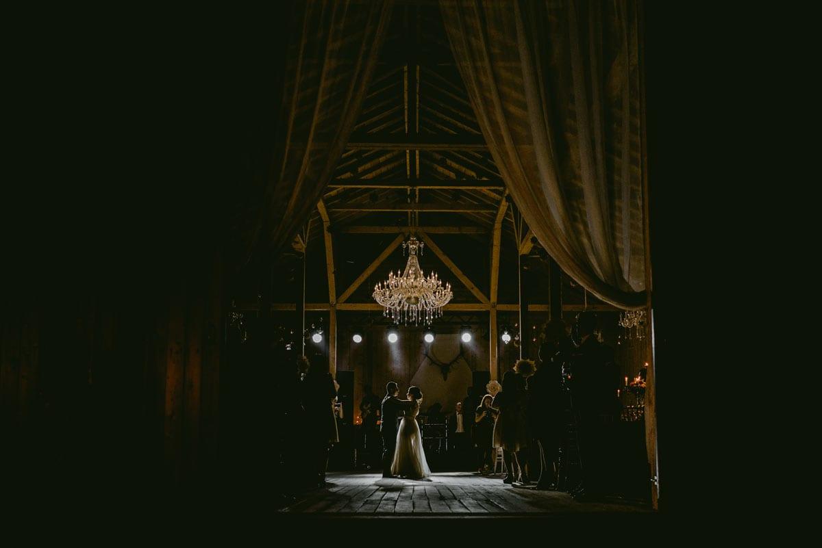 Rares Ion Hochzeitsfotograf fuer Workshop im Carmen Bergmann Studio Muenchen Braut- und Braeutigamstanz unter Hochzeitsgaesten