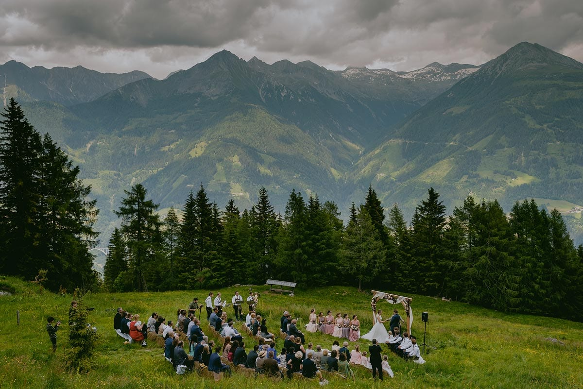Rares Ion Hochzeitsfotograf fuer Workshop im Carmen Bergmann Studio Muenchen Hochzeitsgaeste feiern auf einer Almwiese