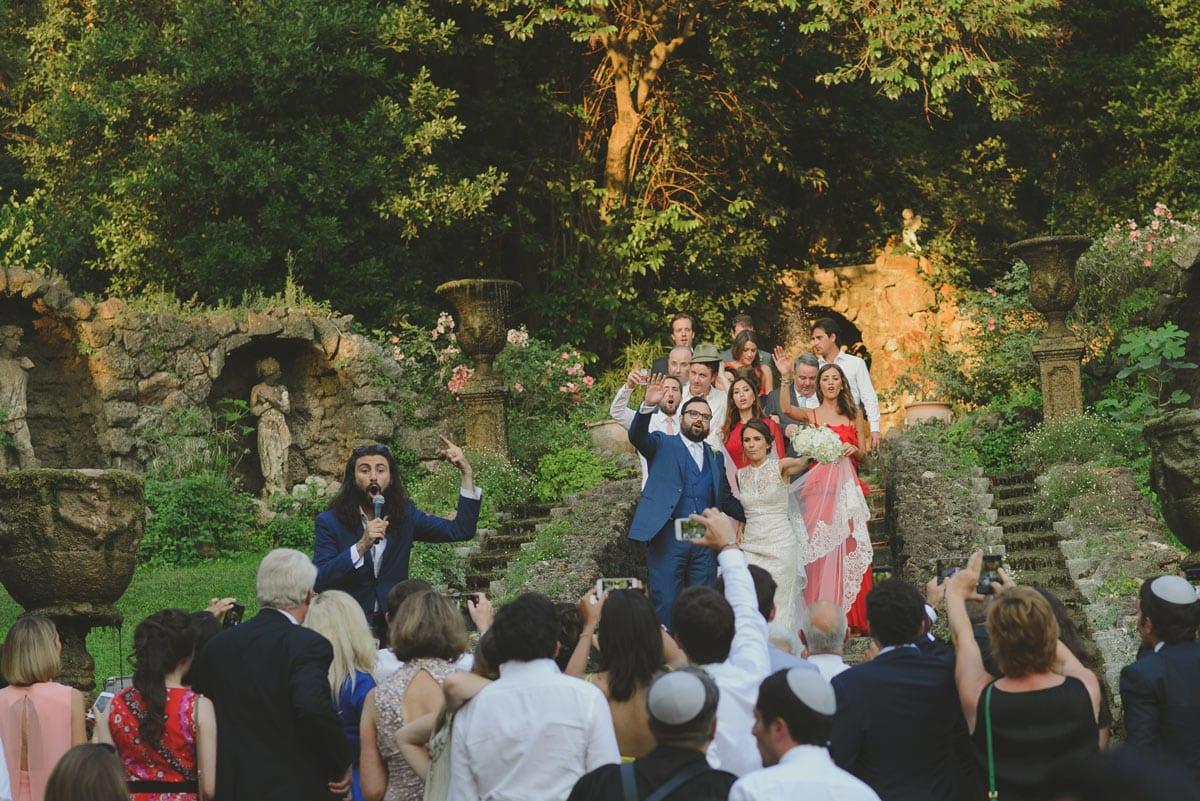 Rares Ion Hochzeitsfotograf fuer Workshop im Carmen Bergmann Studio Muenchen Hochzeitsgaeste singen auf der Treppe einen Huegel hinauf