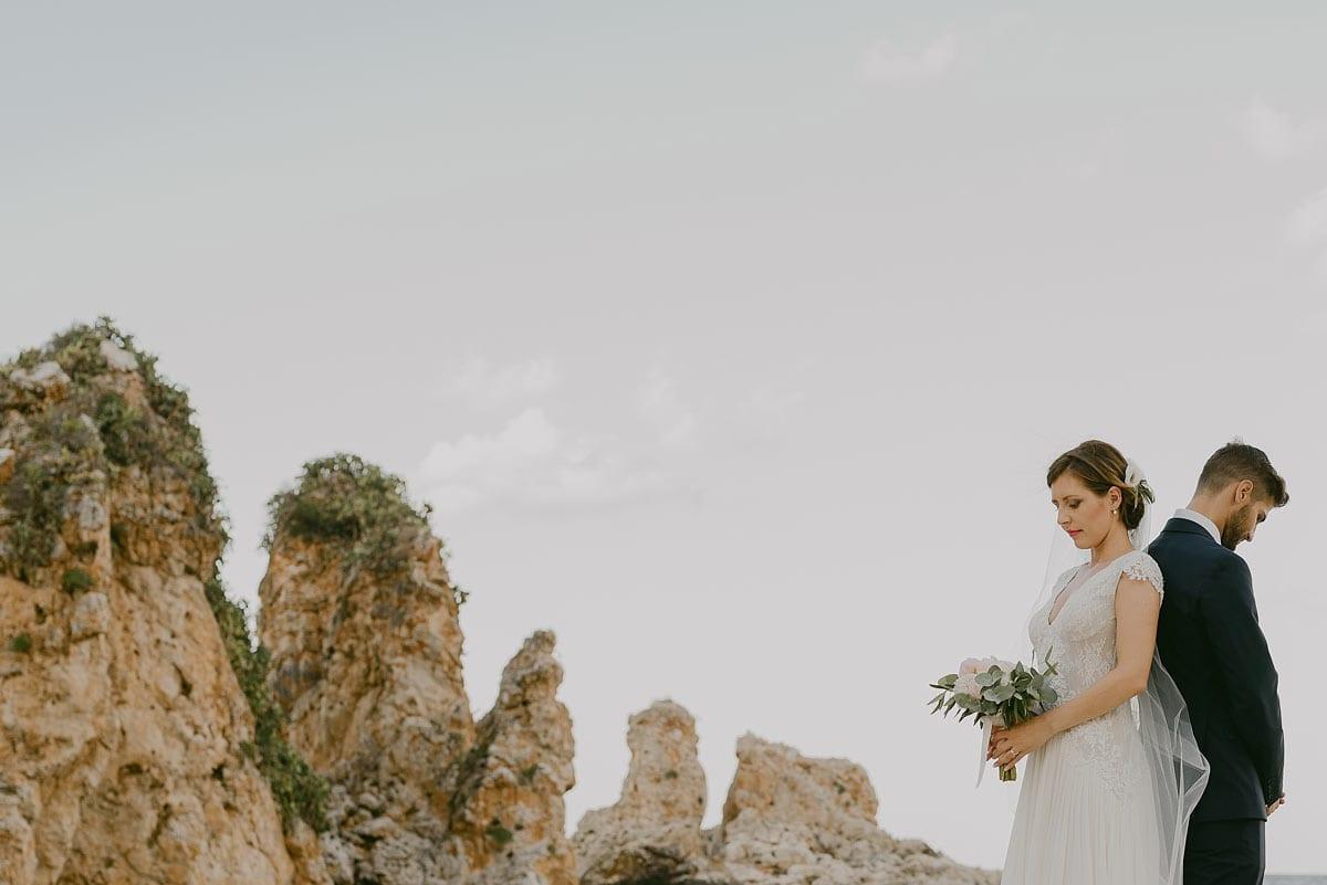 Rares Ion Hochzeitsfotograf fuer Workshop in Carmen Bergmann Studio Muenchen Braut und Braeutigam Ruecken an Ruecken auf einem Feld