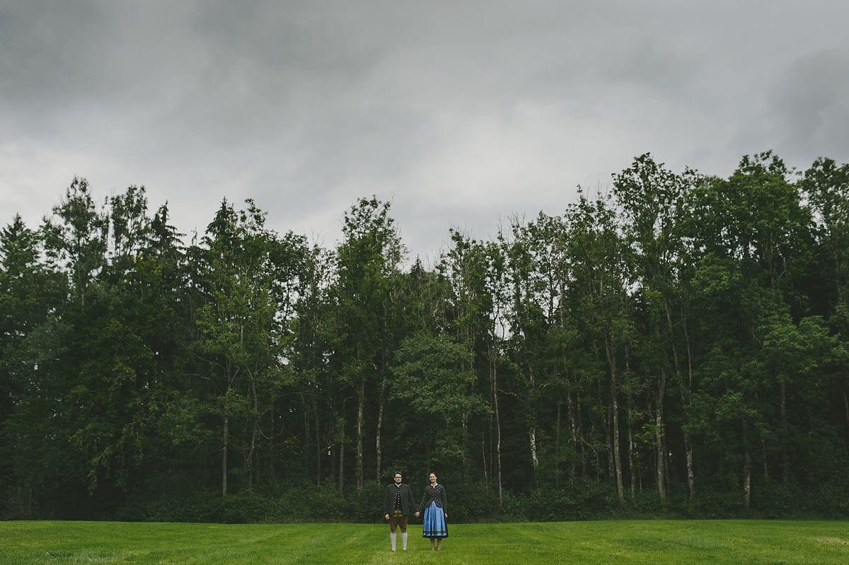 Rares Ion Hochzeitsfotograf fuer Workshop in Carmen Bergmann Studio Muenchen Braut und Braeutigam gehen Hand in Hand auf einer Wiese
