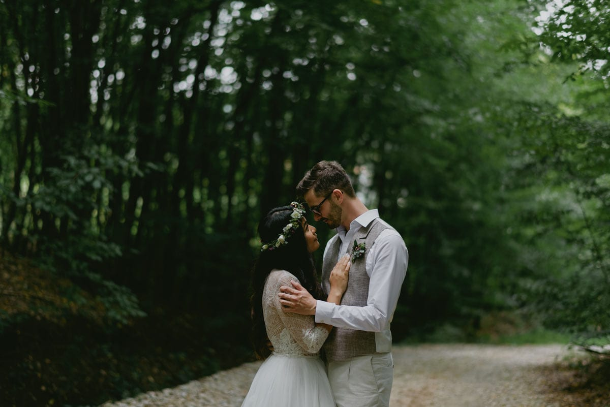 Rares Ion Hochzeitsfotograf fuer Workshop in Carmen Bergmann Studio Muenchen Braut und Braeutigam posieren aum einem Weg in einem Wald