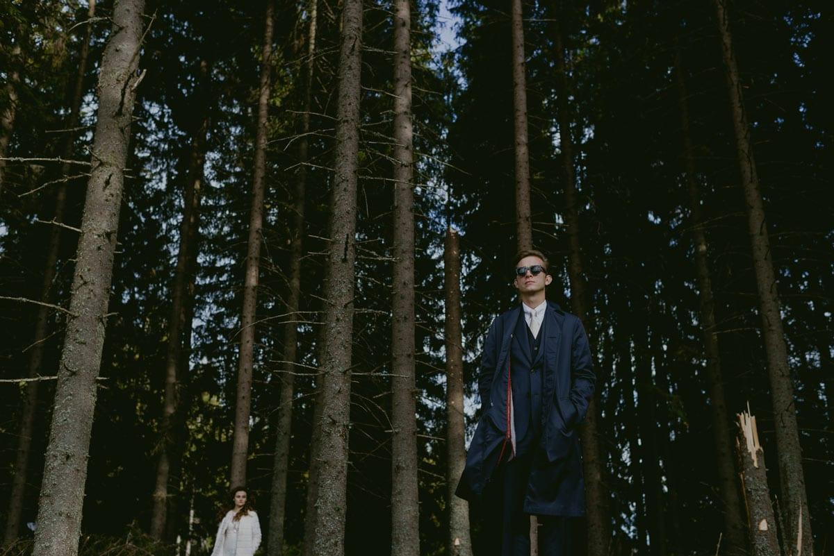 Rares Ion Hochzeitsfotograf fuer Workshop in Carmen Bergmann Studio Muenchen Braut und Braeutigam posieren in einem Wald