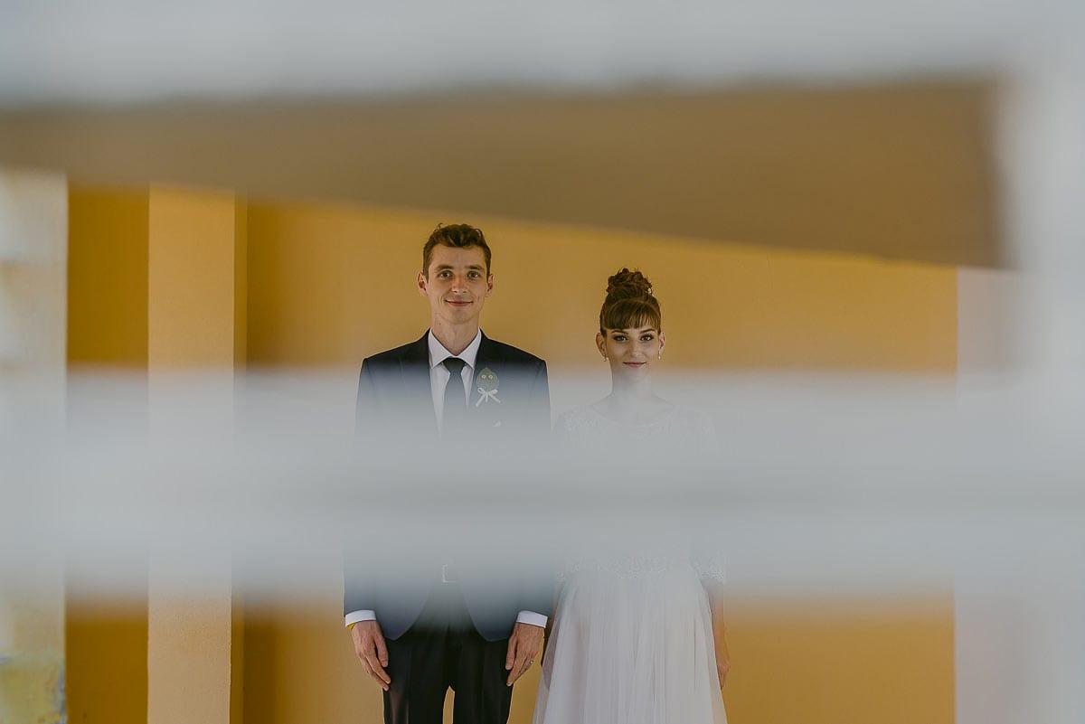 Rares Ion Hochzeitsfotograf fuer Workshop in Carmen Bergmann Studio Muenchen Braut und Braeutigam sind durch Jalousien zu sehen