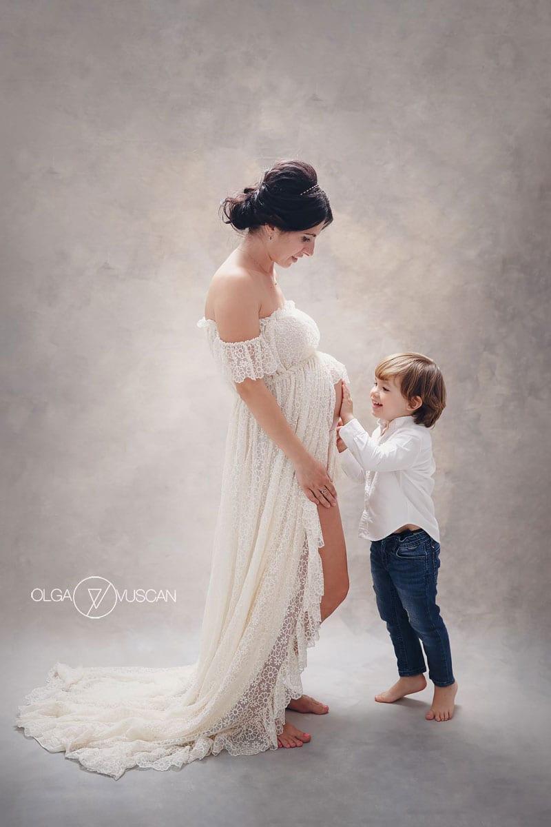 Olga-Vuscan-Newborn-Fotografin-fuer-Workshops-von-Carmen-Bergmann-Studio-schwangere-Dame-und-kleiner-Sohn-Posieren