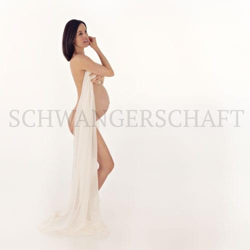 Babybauch Shooting fuer Schwangerschaftsfotografie im Bergmann Fotostudio