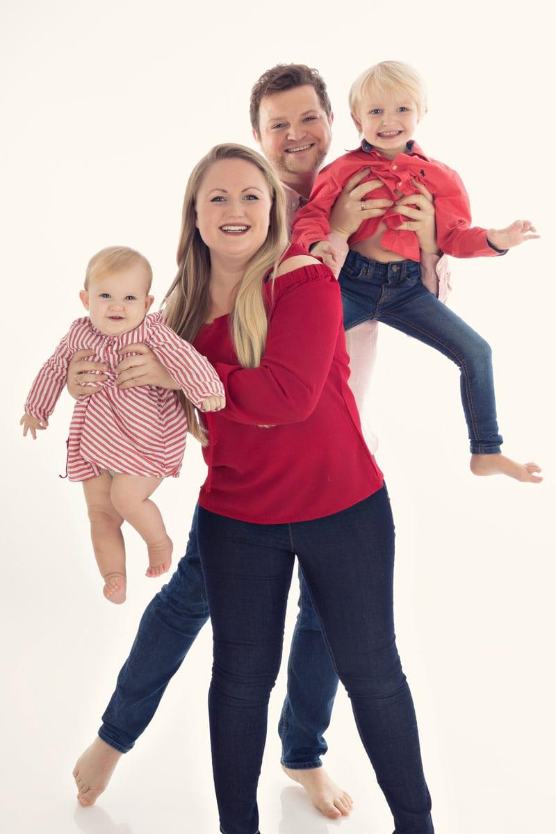 Familien Fotoshooting Muenchen Eltern halten zwei Kinder