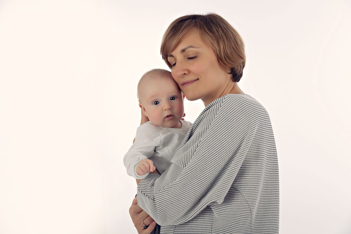 Familienfotos Muenchen Mutter haelt Baby