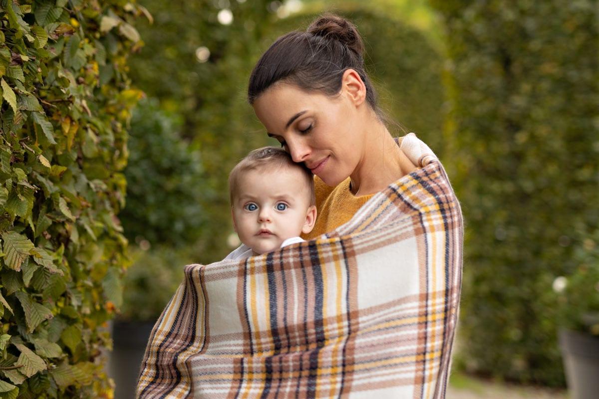 Mutter-haelt-Sohn-waehrend-Herbst-Familien-Fotoshooting-in-Muenchen