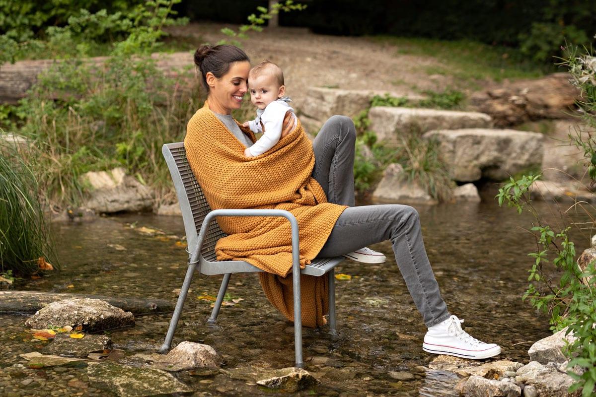 Mutter-und-Kind-auf-dem-Stuhl-Herbst-Familien-Fotoshooting-in-Muenchen