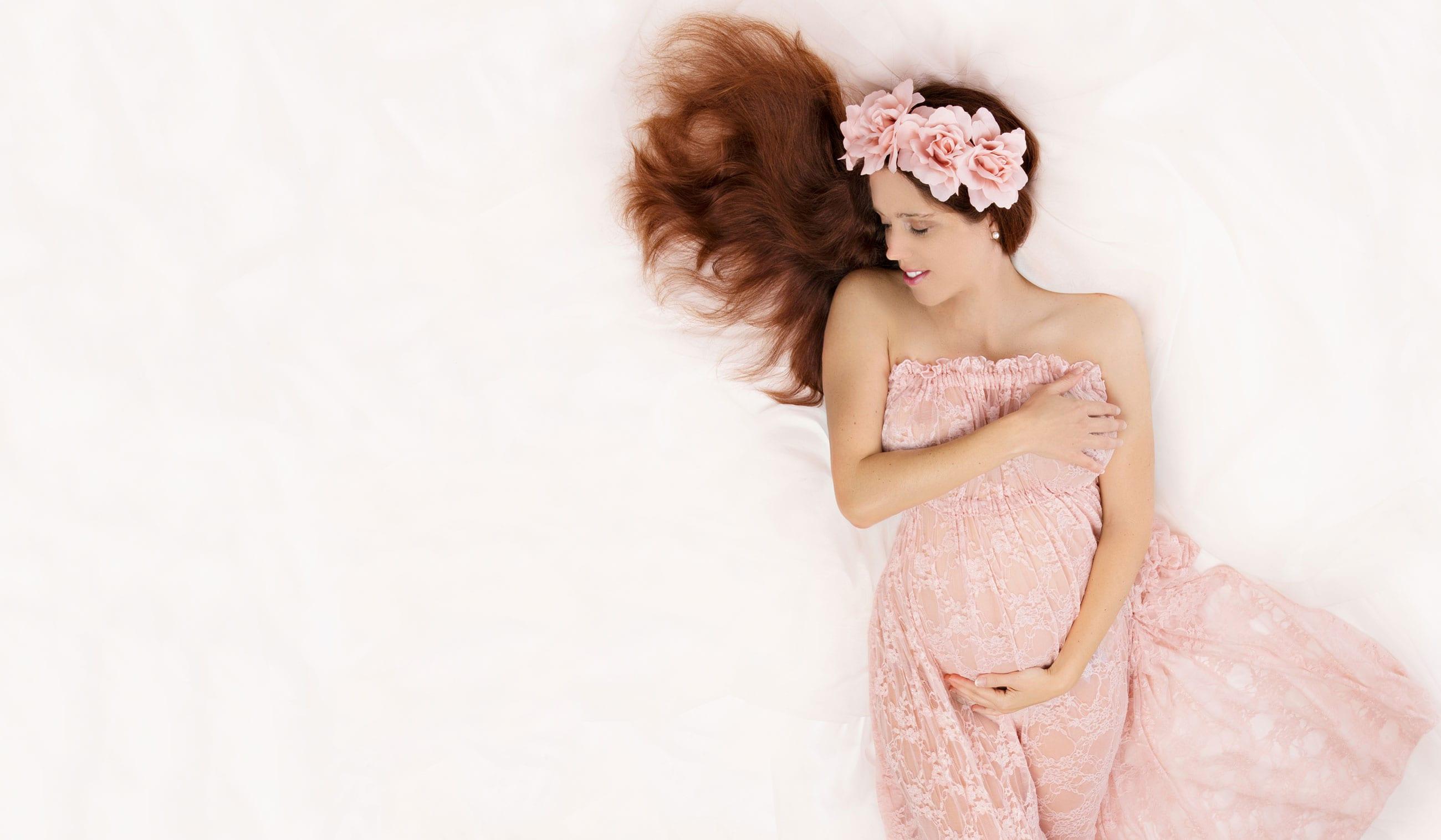 Babybauch Fotos mit schwangere Frau auf dem Ruecken im Carmen Bergmann Fotostudio in Muenchen