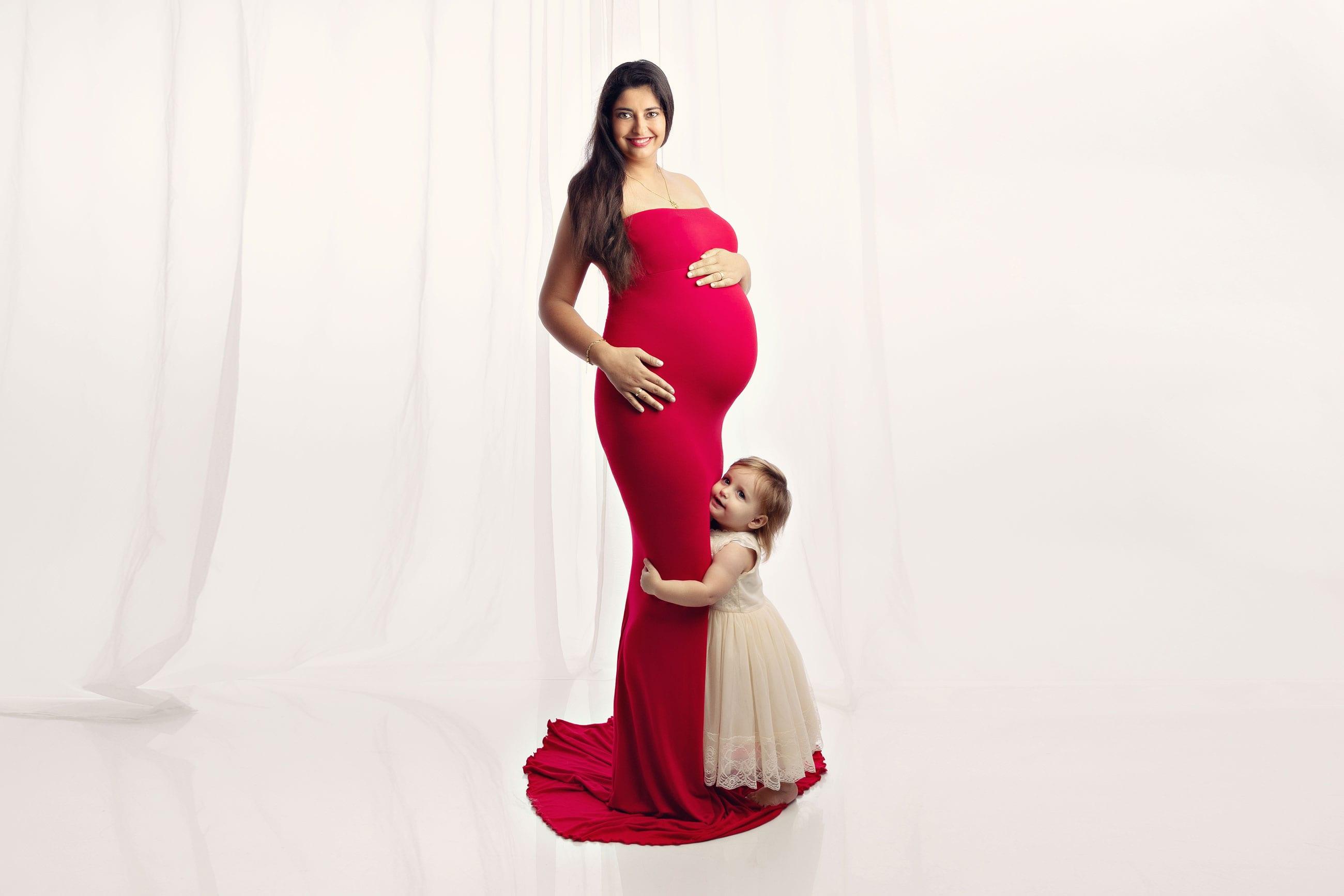 Schwangere und Kind posieren fuer Schwangerschaftsfotografie Muenchen fuer Carmen Bergmann