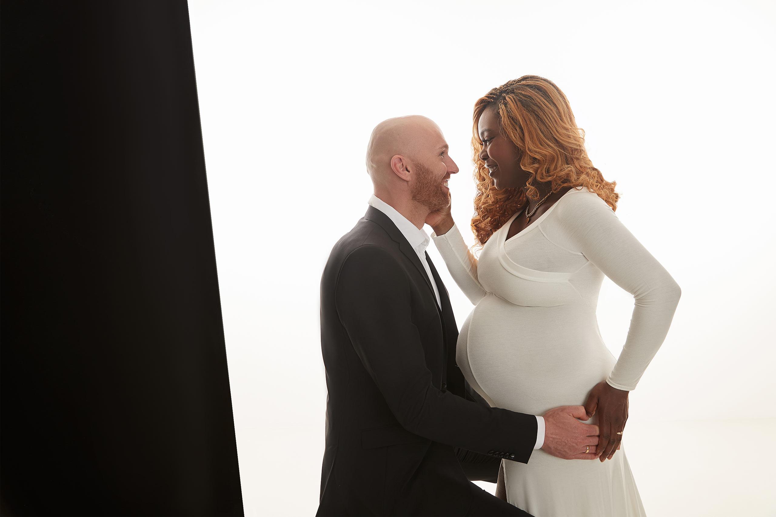 Schwangere Frau mit Mann Fotoshooting