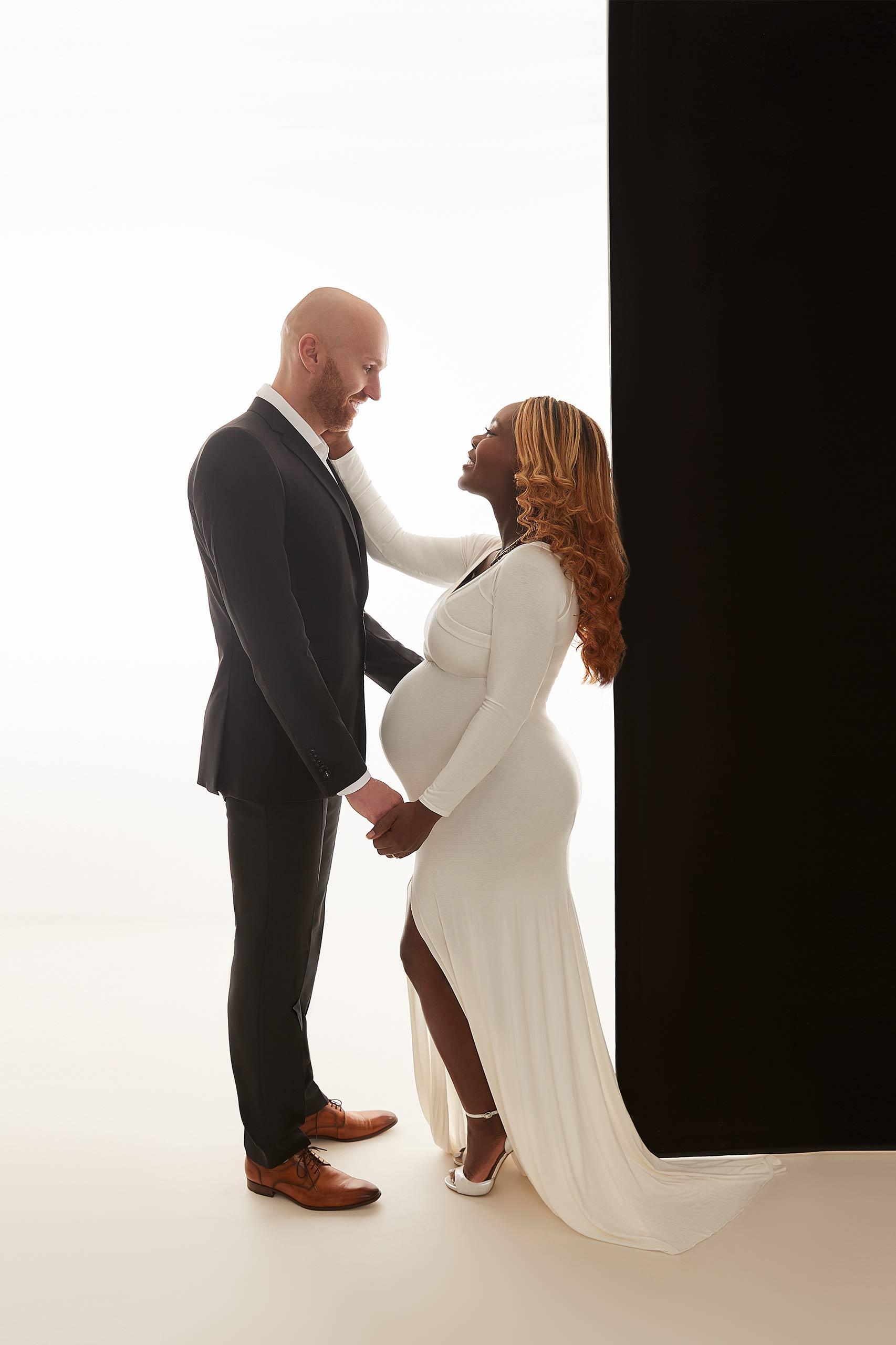 Schwangere Frau mit Partner Fotoshooting